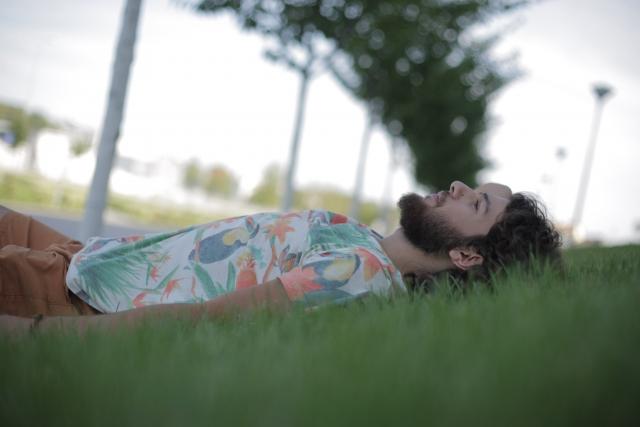 眠る 外国人男性